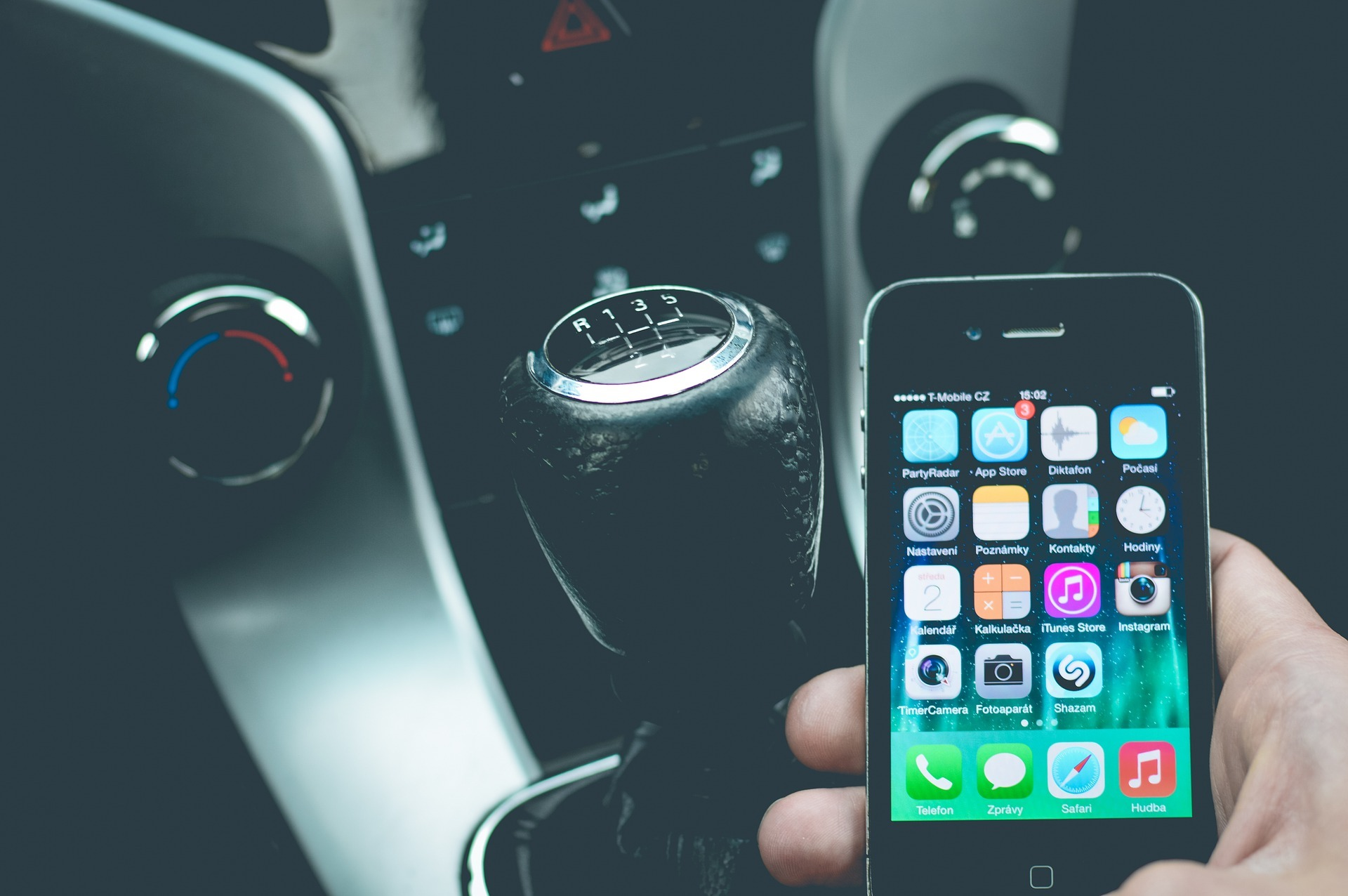 Ban of hands free mobile phone use in car being considered