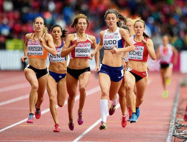 Jessica Judd leads her heat at the European Championships